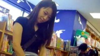 書店の知的なお姉さん、清潔感100%のレース付きおパンティーを逆さ撮りされる(動画あり)