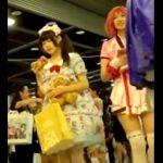 コスプレ会場にて、スカートが大きく開いたコスプレ美少女の純白パンツ撮り放題www(動画あり)