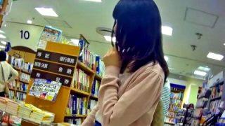 某大型書店でデニムミニスカートな女の子の意外に幼い綿パンツを逆さ撮り盗撮