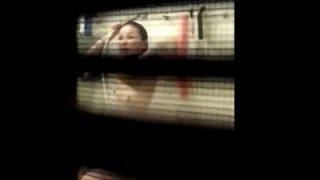 ※閲覧注意 女の子「えっ...!?」盗撮バレして逃亡する民家盗撮動画、犯罪臭がやばすぎる・・・