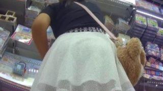 JCみたいな日焼け女子、超ドアップで縞パンを盗撮されてしまう・・・(動画あり)