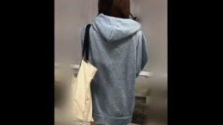 【痴漢映像】エロい服装で乗車中のミニスカギャルちゃん、電車の中なのにくちゅくちゅ&くぱぁされてしまう