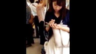 電車通学中の大人しそうなJD(スタイル抜群)、スカートめくりでパンチラ盗撮される(動画あり)