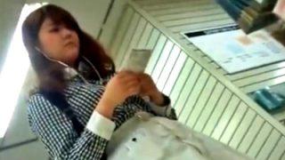 【動画】東急ハ○ズで棚越しパンチラ盗撮事案。カワイイ系JDのしゃがみパンチラを正面撮り