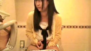 ※閲覧注意 コンビニ女子トイレの隠しカメラが捉えた美少女J○の恥ずかしすぎる放尿シーンがこちら・・・