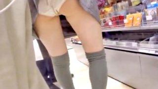 店内で前屈みになったJCをスカートめくりでパンチラ盗撮する危険人物がこちら・・(動画あり)