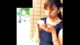 盗撮魔の声掛けに塩対応の美人ギャル、スカートめくりでお仕置きされるwww(動画あり)