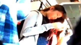 可愛いデニスカJDちゃんのテカテカ光る水色サテンパンツを電車で接写盗撮に成功!(動画あり)