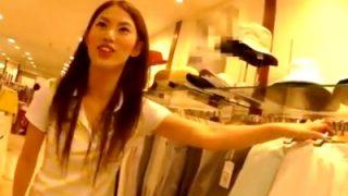 スレンダーボディで活発そうな美人ショップ店員、某有名撮り師のパンチラ盗撮の餌食になる(動画あり)