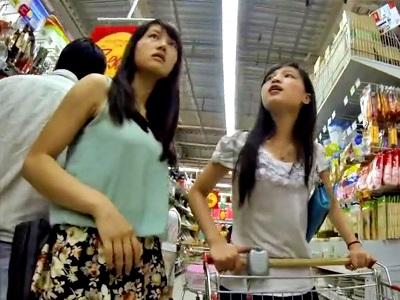 超ミニスカで買い物中の美少女JK姉妹のピンクのフルバックパンツを至近距離から逆さ撮り盗撮