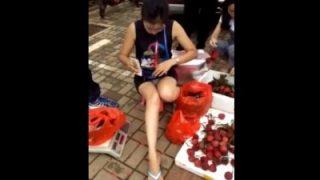 【盗撮動画】フリマでパンツ見えまくりのスケベなお姉さんが発見されるwww