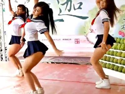【動画】激ミニスカ制服でシコらせにくるパンチラダンサーズが発見されるwww