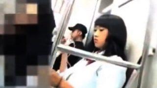 生意気そうな顔なのにパンツは結局『白』の制服JKちゃん、駅のホームで逆さ撮り盗撮されるw(動画あり)