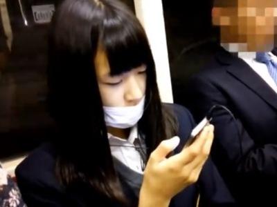 清潔そうな顔してシミ付き綿パンツの制服JKちゃん、3日分のパンチラ盗撮動画を晒される・・・