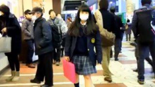 ライト+スカートめくりで超鮮明にパンチラ盗撮される美少女JKちゃんが発見されるww(動画あり)
