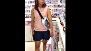 薄着で買い物しているJC中●生ちゃん、純白パンチラを執拗に逆さ撮り盗撮される(動画あり)