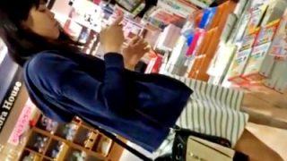 読書好きの若くて可愛い娘達を書店でパンチラ盗撮。余裕でしたwww(3人分:動画あり)
