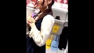 某アパレル店にてガーリー私服なアイドル顔JDの前屈み白パンチラを逆さ撮りしたこの動画、正直抜けると話題www