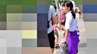 下校中のパーカー腰巻きJCちゃん、純白綿パンツをがっつり盗撮されてしまう被害・・・(動画あり)