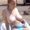 で、でけぇ!!ヌーディストビーチで寛ぐ爆乳ロシア女子をこっそり顔出し盗撮・・!